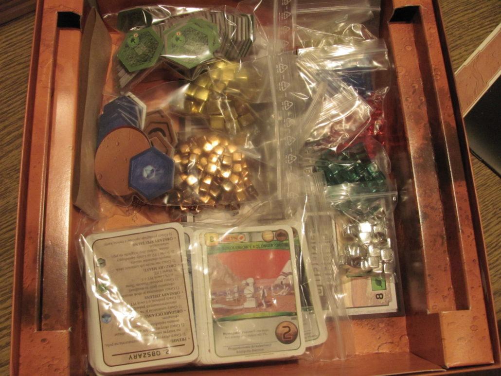 Elementy w pudełku, czekają na pierwszą grę.